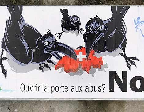 Un cartel del SVP en contra de la libre circulación de trabajadores.| Efe