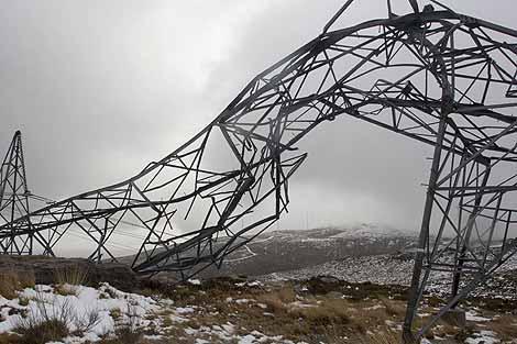 Una torre de alta tensión derribada por el temporal de viento en el concello de Lalín (Pontevedra). | EFE