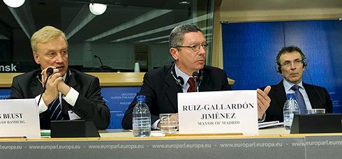 Ruiz-Gallardón, entre el alcalde de Hamburgo, Ole von Beust (izq.) y el comisario europeo de Energía, Andris Piebalgs . | Efe