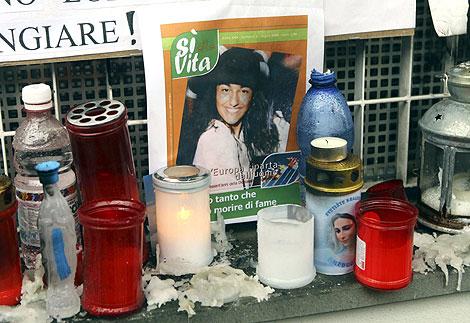 Pequeño altar por eluana colocado frente a la clínica donde murió. | Reuters
