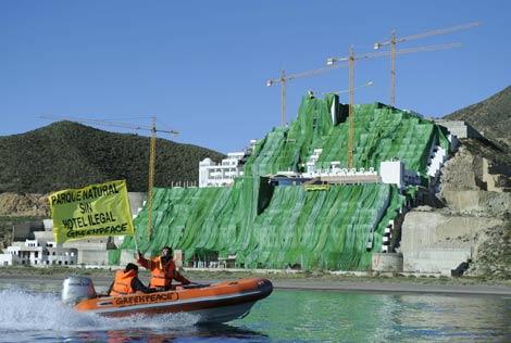 Activistas de Greenpeace durante el acto en el hotel ilegal de El Algarrobico, en Almería. (Foto: EFE)