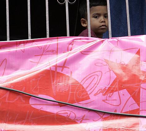 """Un niño tras un cartel en favor del """"sí"""" en Caracas.   AP"""