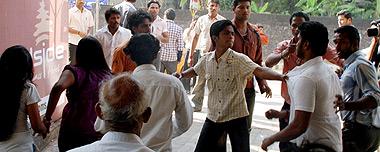 Ataque a un pub por comportamiento 'obsceno'. | AFP