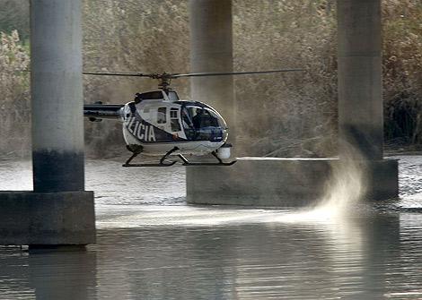 Un helicóptero pasa por la zona de la búsqueda.   Efe