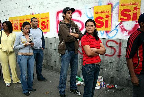 Varias personas esperan su turno para votar en Caracas. | AFP
