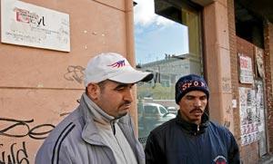 Dos inmigrantes despedidos de la construcción y sin prestación o ingreso alguno. | LAFOTOTEKA