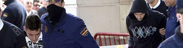 Miguel Carcaño (dcha.), y su presunto cómplice, Samuel Benítez, a su entrada al juzgado. Efe