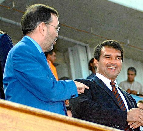 Vicente Grande y Joan Laporta, en el palco del Ono Estadi| El Mundo