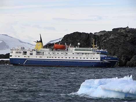 El buque 'Ocean Novoa', varado frente a la base argentina de San Martín.   Reuters