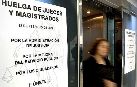Cartel que llama a la huelga en la ciudad de la Justicia de Valencia.   Efe