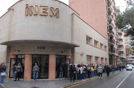 Cola de desempleados esperando en la puerta de una oficina del INEM en Palma de Mallorca | Pep Vicens