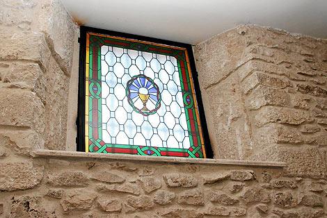 Una de las vidrieras que ahora lucen ya en el templo realizada por el grupo de vecinas de Campaspero. | M. Alonso