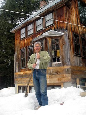 Jim Merkel retira la nieve de la puerta de su casa. |C. F