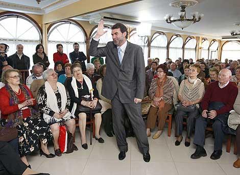 Anxo Quintana, en su acto electoral con jubiladaos en Oia. Efe