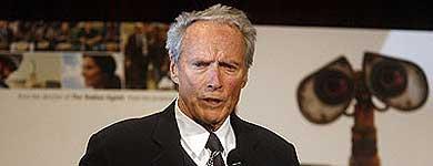 Clint Eastwood, con un poster de 'Wall-E' de fondo. | Reuters