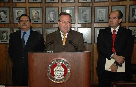 A la izquierda, el jefe de policía de Ciudad Juárez, Roberto Orduña. (Foto. EFE)