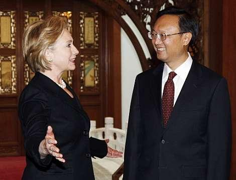 Hillary Clinton, sonriente junto al ministro de Exteriores chino. (Foto: AFP)