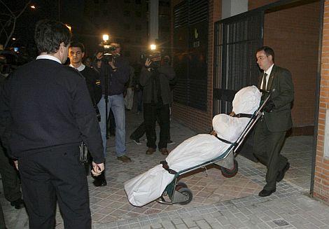 Momento en el que se retira el cadáver de la mujer asesinada en Madrid. | Efe