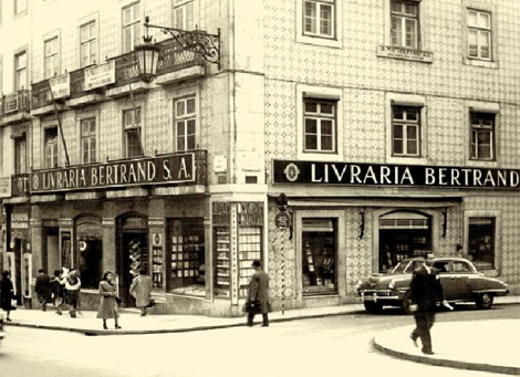 Imagen de los años 50, de la librería Bertrand en el barri de Chiado | EL MUNDO