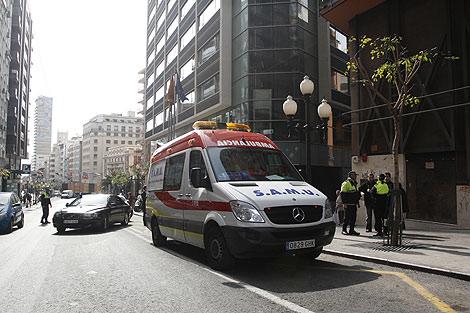La ambulancia que ha trasladado a José Marín antes de su muerte.   Foto: Roberto Pérez