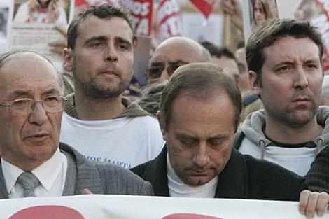 El padre y al abuelo de Marta, al frente de la marcha.| Javi Martínez