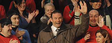 Ibarretxe realiza el saludo 'trekkie'.   Mitxi