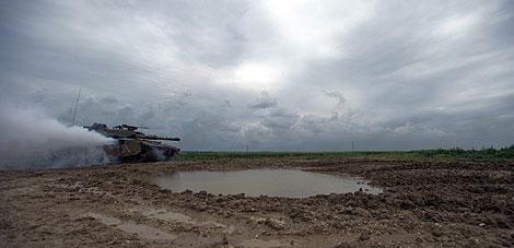 Un tanque israelí regresa a su base tras patrullar en la frontera con Gaza. | AFP