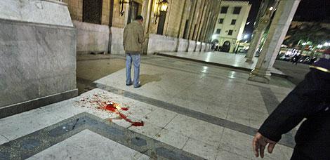 Restos de sangre en el lugar de la explosión.   AP