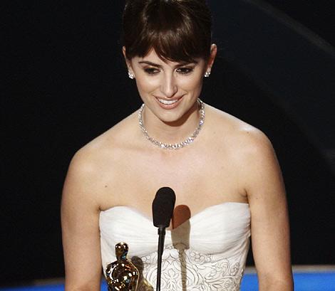 Penélope, recogiendo el Oscar   REUTERS