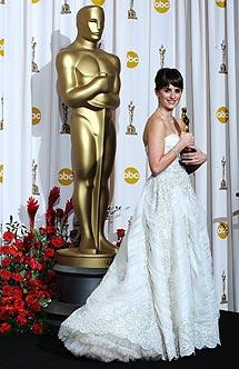 'Pe' posa con el Oscar.   AFP