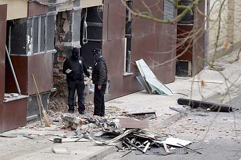 Agentes de la Ertzaintza buscan pruebas en el lugar del atentado. Efe