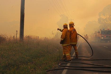 Los bomberos esperan que las llamas alcancen su línea de defensa en Glenfern Rd, en Upwey. | Efe