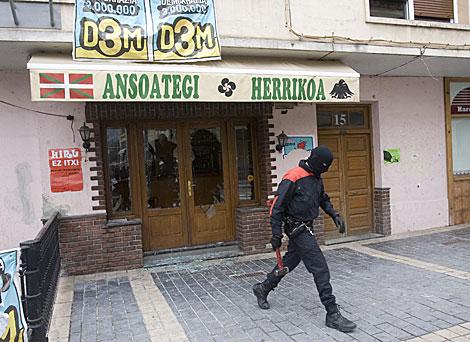 Un ertzaina se lleva la maza con la que el vecino atacó la herriko taberna. | Justy
