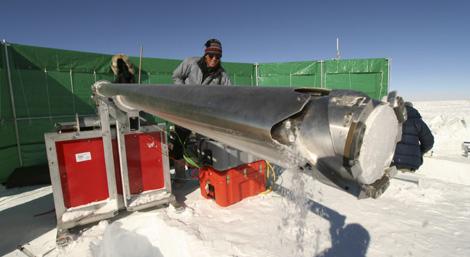Un investigador extrae hielo en la base científica de Noruega en la Antártida. | Efe
