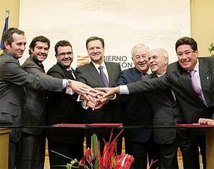 Imagen de la firma del acuerdo con el Gobierno aragonés.   elmundo.es