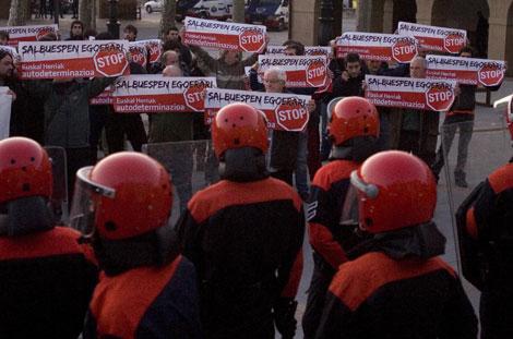 La Ertzantza vigila la marcha de protesta por el ataque a la herriko taberna de Lazkao. | Justy