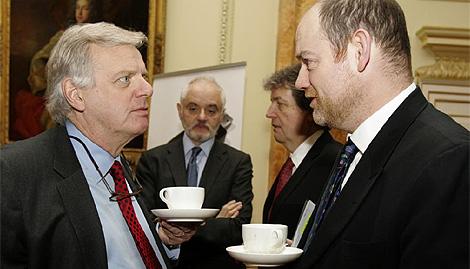 Michael Grade, director de ITV, dialoga con Mark Thompson, director de la BBC. (Foto: Reuters)