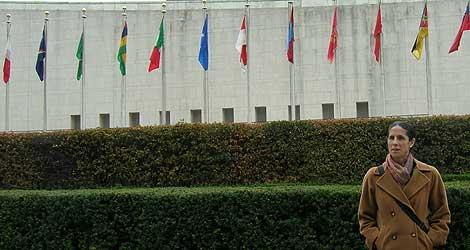 Ana Peláez de espaldas a la sede de la ONU en Nueva York. | Servimedia