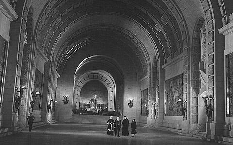 Imagen de la cripta del Valle de los Caídos incluida en el libro.