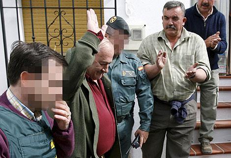 Manuel Martín Alba saluda mientras es conducido por la Guardia Civil. | Efe