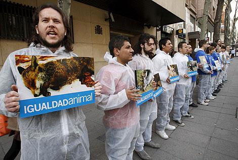 Activistas de Igualdad Animal, frente a la Audiencia Nacional. | Efe