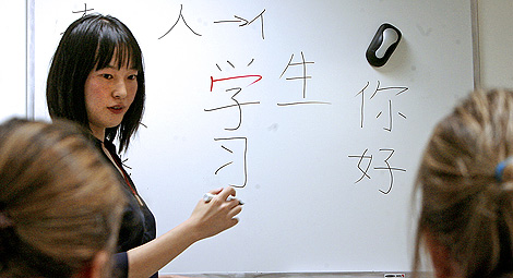 Una profesora imparte clases de chino mandarín. | Alberto Cuéllar