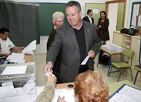 El alcalde de Almuñécar, votando. | Efe