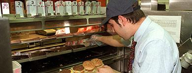 Un empleado de un restaurante de comida rápida | Chema Tejada