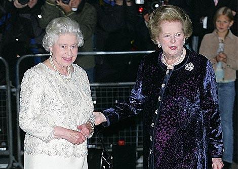 La ex primera ministra británica, Margaret Thatcher,junto a la reina Isabel II, en un acto en 2005. (AP)