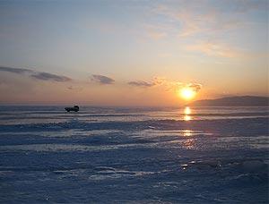 Un camión 'patina' sobre el lago Baikal / D.U.