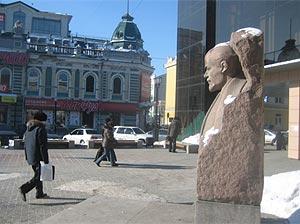 Irkutsk: busto de Lenin entre un moderno edificio poscomunista (derecha) y un inmueble prerrevolucionario. (D.U.)