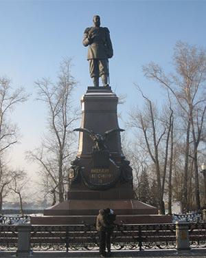 .- Las estatuas de Alejandro III y de Lenin convinen en paz en Irkutsk, separadas por apenas 300 metros./Daniel Utrilla