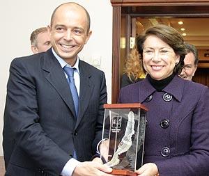 La ministra Magdalena Alvarez recibe una escultura del lago Baikal de manos del vicegobernador de Irkutsk, Serguei Sokol/ Dimitri Dimitrev