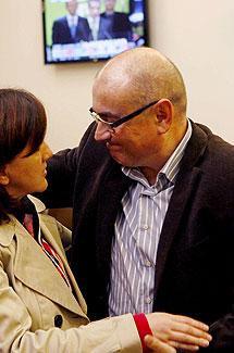 Javier Madrazo saluda a una simpatizante. | Efe